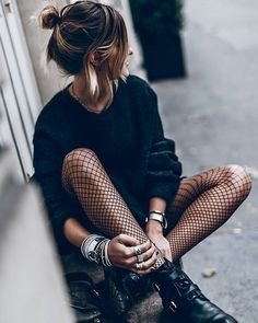 ▷ 1001 visions inspirantes pour adopter le look rock femme Look Fashion, Street Fashion, Winter Fashion, Fashion Outfits, Womens Fashion, 90s Fashion, Rock Style Fashion, Trendy Fashion, Luxury Fashion
