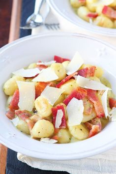 Creamy Pesto Gnocchi with Bacon & Parmesan. This creamy pesto alfredo sauce is incredible! (minus the bacon) Creamy Pesto, Basil Pesto, Tomato Pesto, Pasta Party, Gnocchi Recipes, Yummy Food, Tasty, Mets, Prosciutto