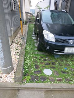 根府川石・稲田石・古窯レンガで自然素材駐車スペース