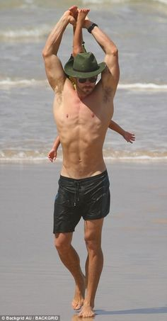 Chris Hemsworth and Elsa Pataky's family enjoys Byron Bay beach Chris Hemsworth Kids, Chris Hemsworth Shirtless, Hemsworth Brothers, Chris Hemsworth Tattoo, Byron Bay Beach, Hot Dads, Elsa Pataky, Beach Kids, Marvel Actors