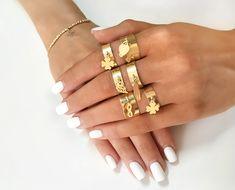 Leto je ideálnym obdobím, kedy sa môžeme s našim štýlom vyhrať a kreatívne ukázať našu jedinečnosť. iZlato.sk 💍vám prináša ⚜️ najnovšie trendy ⚜️ zlatých prstienkov, do ktorých sa zamilujete už na prvý pohľad. 💍 Láska k nim však netrvá ako letná láska, vydrží už navždy. Leto, Trendy, Bangles, Bracelets, Gold Rings, Jewelry, Jewlery, Bijoux, Schmuck