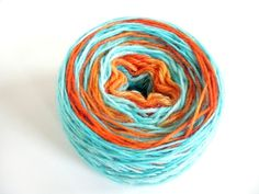Squee! Can you believe there are so many ways to dye yarn with Kool-Aid?     Today, I'm going to tell you how to dye yarn go get long colorways, or self-str