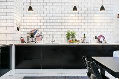 my scandinavian home: A monochrome Gothenburg apartment Apartment Kitchen, Kitchen Interior, Kitchen Design, Black Kitchens, Cool Kitchens, Kitchen Black, Kitchen Peninsula, Kitchen Colour Schemes, Kitchen Dinning