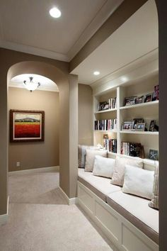 Built in seating area woth book shelves . Cozy !