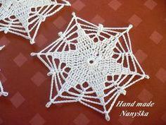 beautiful, beautiful, christmas center in crochet. View and share - Her Crochet Crochet Snowflake Pattern, Crochet Leaves, Crochet Snowflakes, Crochet Flowers, Crochet Chart, Crochet Motif, Crochet Designs, Crochet Doilies, Crochet Patterns