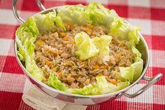 Sempre tive preconceito com saladas que levam arroz, mas esta me conquistou! De rápido preparo, esta salada acompanha muito bem assados.