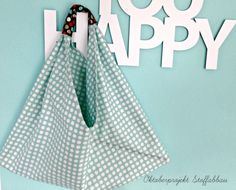 Making a cool triangle tote bag! Bento, Triangle Bag, Japanese Knot Bag, Origami Bag, Fabric Bags, Diy And Crafts, Blog, Crafty, Tote Bag