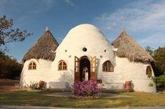 Foto: Casa-domo en proyecto Eco-Aldeia Flecha da Mata. Brasil.