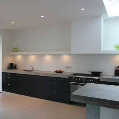 Keuken strak met lange doorlopende plank vanaf afzuigkapkoof