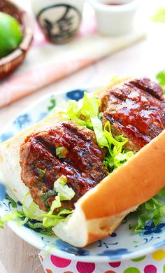 Thai sweet chili beef burger - juicy and amazing burger with Thai sweet chili sauce will have you begging for more! | rasamalaysia.com