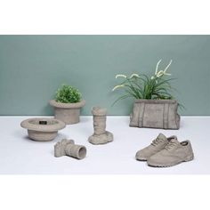 Garden sculpture cement ornaments by Seletti featuring Brogue shoes, top hats and bowler, cameras and bag sacs from Smithers fantastic garden designs UK Concrete Garden, Concrete Planters, Cement, Concrete Furniture, Outdoor Garden Furniture, Unique Gifts For Men, Cool Gifts, Vintage Designs, Retro Vintage
