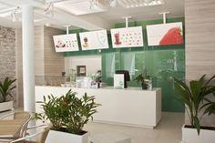 Современный интерьер кафе Pércimon Frozen Yogurt