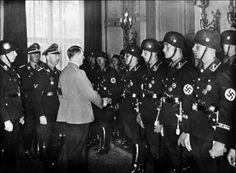 Hitler et sa garde noire de la Leibstandarte.