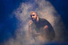 Drake (Foto: Getty Images)  Ele não cansa de quebrar recordes e fazer história na música. Desta vez, Drake atingiu a marca de 50 bilhões de streams no Spotify, sendo o primeiro artista a alcançar tal feito. Ao todo, o rapper canadense tem 11 álbuns publicados na plataforma. saiba mais Drake lança vela com fragrância... dele mesmo DJ Khaled lança dois novos singles com Drake Drake imita e se junta a ícones do esporte