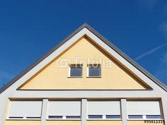 Vier Fenster mit Rollläden in einem Gebäude mit spitzem Giebel in Markt Burgheim in Oberbayern
