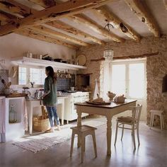 Traditional country kitchens are a design option that is often referred to as being timeless. Over the years, many people have found a traditional country kitchen design is just what they desire so they feel more at home in their kitchen. Country Kitchen Designs, Country Kitchens, Farmhouse Kitchens, Fancy Kitchens, Farmhouse Interior, Tadelakt, Mediterranean Homes, Kitchen Styling, Home Design