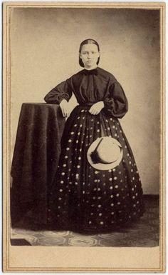 CIVIL WAR ERA LADY IN BEAUTIFUL DRESS WITH DOTS CDV