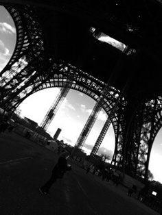 Bajo la torre d Paris