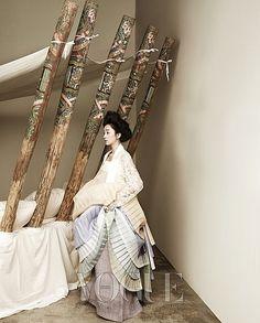 Soo Ae transforms into a lovely South Korean princess for her photo shoot for Vogue Korea. Korean Traditional Dress, Traditional Fashion, Traditional Dresses, Oriental Dress, Oriental Fashion, Asian Fashion, Vogue Korea, Korean Dress, Korean Outfits