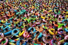 Thousands of people cram into a swimming pool at a resort in Suining , Sichuan province, China Notre photo du jour, vient de la Chine, le 19 août, dans une piscine du district de Suining, au Sichuan.