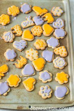 Rápido e fácil biscoitos amanteigados e decorados. Esses biscoitos caseiros com gosto de infância são tão fáceis de fazer e decorar que você ira se surpreender e fazer mais vezes | cozinhalegal.com.br