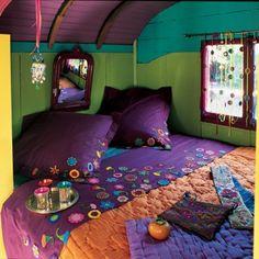Linge de lit violet décoré de fleurs multicolores en crochet cousues et rideau !!!!!! Trop canon !