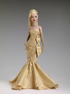 Check out the exclusive from the Paris Fashion Doll Festival: Golden Girl. Meet #Dejavu's Judy from the 1950s. She's a small town gal from the midwest with a timeless beauty fit for the runways and beyond... and that's just how she winds up: Modeling in Paris! LE 75