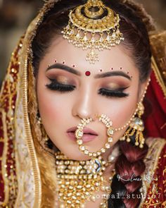 Nice Jewelry, Head Jewelry, Traditional Clothes, Traditional Looks, Indian Bridal Photos, Bengali Bridal Makeup, Bengali Bride, Bride Portrait, Bindi
