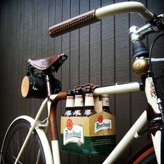More bicycle-beer awesomeness! The leather sixpack bike frame cinch is designed to be used with the reusable leather sixpack carrier. Velo Retro, Velo Vintage, E Bike Motor, Beer Bike, Bicycle Bar, Velo Design, Wit And Delight, 6 Pack, Bike Frame