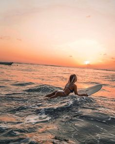 Girl surfing at sunset Beach Aesthetic, Summer Aesthetic, Fuerza Natural, Summer Vibes, Summer Beach, Hawaii Surf, Surfing Pictures, Summer Goals, Foto Pose