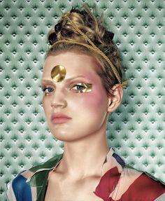 Guinevere van Seenus gold makeup by Pat McGrath Glamorous Makeup, Gold Makeup, Eye Makeup, Hair Makeup, Makeup Kit, Makeup Ideas, Pat Mcgrath Makeup, Metallic Eyeliner, Make Up Gold