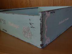Caja de vino decorada con chalk paint, papel de scrap y estarcidos con y sin relieve. Detalle de estarcidos.