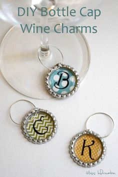 Cap Wine Charms These Bottle Cap Wine Charms are so cute and easy to make to have for a family get together or as a gift for friends!These Bottle Cap Wine Charms are so cute and easy to make to have for a family get together or as a gift for friends! Bottle Top Crafts, Bottle Cap Projects, Diy Bottle, Beer Bottle, Bottle Cap Jewelry, Bottle Cap Art, Bottle Cap Magnets, Glass Magnets, Beer Cap Crafts