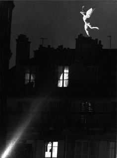 Atelier Robert Doisneau | Site officiel  // Un génie dans la nuit. 1960.       (  http://www.gettyimages.co.uk/detail/news-photo/le-genie-in-place-bastille-from-the-street-lacuee-paris-news-photo/121512206