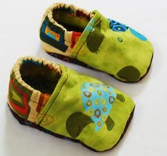 Link to PDF pattern for baby booties. Not a huge fan of this particular pattern, but love the look of the booties :)