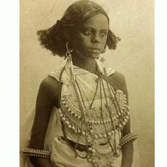 Somali girl from the Ajuuraan Sultanate ca. the late photographer unknown AFRICA African Tribes, African Diaspora, African Women, African Culture, African History, 3d Foto, Vintage Black Glamour, African Hairstyles, African Beauty