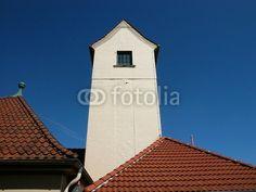 Heller Schlauchturm mit kleinem Dach am alten  Feuerwehrhaus in Helpup bei Oerlinghausen in Ostwestfalen-Lippe am Teutoburger Wald