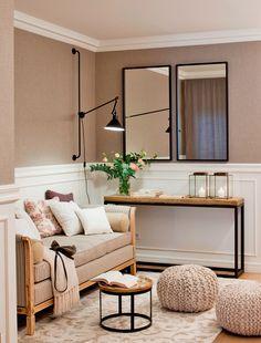 00390684 O. Recibidor con sofá, mesa auxiliar, consola, espejo doble, velas, pufs de ganchillo, arrimadero, alfombra y lámpara aplique_390684