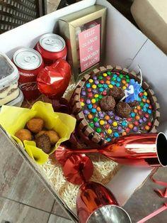 Na caixa mimos para namorado, surpresa pro namorado, coisas de namorado, fe Birthday Gifts For Boyfriend Diy, Boyfriend Anniversary Gifts, Boyfriend Gifts, Diy Letters, Cheap Gifts, Birthday Diy, Food Gifts, Diy Christmas Gifts, Diy And Crafts