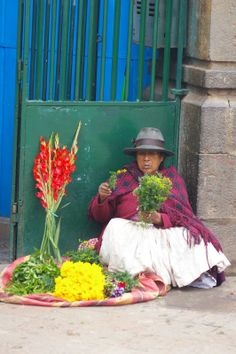 Woman selling flowers in the traditional market of Cusco http://www.peruinsideout.com/wp/destinations/cusco/