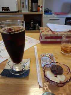 食後はアイスコーヒーとおやついただいています。