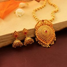 Gorgeous necklaces which are awesome. Gold Ring Designs, Gold Bangles Design, Gold Earrings Designs, Gold Jewellery Design, Necklace Designs, Gold Pendent, Gold Mangalsutra Designs, Indian Jewelry Sets, Gold Jewelry Simple