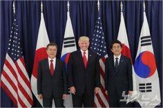 주요 20개국(G20) 정상회의 차 독일 함부르크를 방문 중인 문재인 대통령과 도널드 트럼프 미국 대통령, 아베 신조 일본 총리는 6일(현지시간) 만찬을 함께한 뒤 7일 북한의 핵과 탄도미사일 위협에 대해 우려를 표하고 공동 대응하자는 내용의 3국 정상 공동 성명을 발표했다. (사진=청와대 제공)