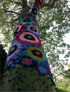 Guerilla crochet street art in Palermo - Buenos Aires, Argentina Crochet Tree, Freeform Crochet, Crochet Yarn, Yarn Bombing, Guerilla Knitting, Art Club, Tree Art, Yarn Crafts, Fiber Art