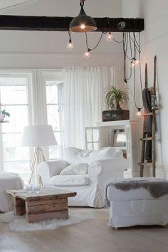 Тюль для зала и спальни: традиционное убранство окон и современные идеи дизайна, 50+ впечатляющих фото http://happymodern.ru/tyul-dlya-zala-i-spalni-35-foto-izyashhnoe-ukrashenie-komnaty/ Классический белый тюль в гостиной комнате