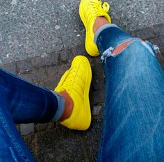 tênis amarelo