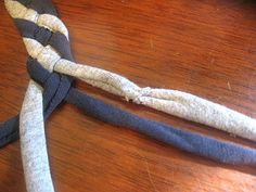 no-sew rag rug tutorial When making this rug for the first time - give yourself lots of time, a flat surface, and make sure that you make it evenly tight as you go or else you will get a basket or bowl. Created Oct 2011 6 t-shirts = meter rug -ish Fabric Crafts, Sewing Crafts, Sewing Projects, Diy Projects To Try, Crafts To Do, Rag Rug Tutorial, Scrap Material, Braided Rugs, Rug Making