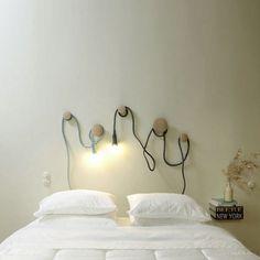 E 27 Lampe und Dots Garderobenhaken von Muuto. Kann man besser eine Nachttischleuchte am Kopfende des Bettes kreieren? Nein, sagen wir, denn an den Dots Garderobenhaken können die Kabel der E 27 Lampe von Muuto beliebig für jeden Bedarf eingestellt werden: http://www.ikarus.de/DE_de/brand/muuto.jsf