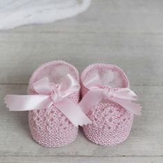 Merceditas con lazo - Alittledress Knitted Baby Clothes, Crochet Baby Shoes, Shoe Pattern, Baby Feet, Baby Booties, Baby Wearing, Knit Patterns, Baby Hats, Beanie Babies