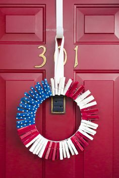 Festive 4th of July wreath made out of clothespins. Easy and patriotic with lots of ideas for year-round clothespin wreaths.